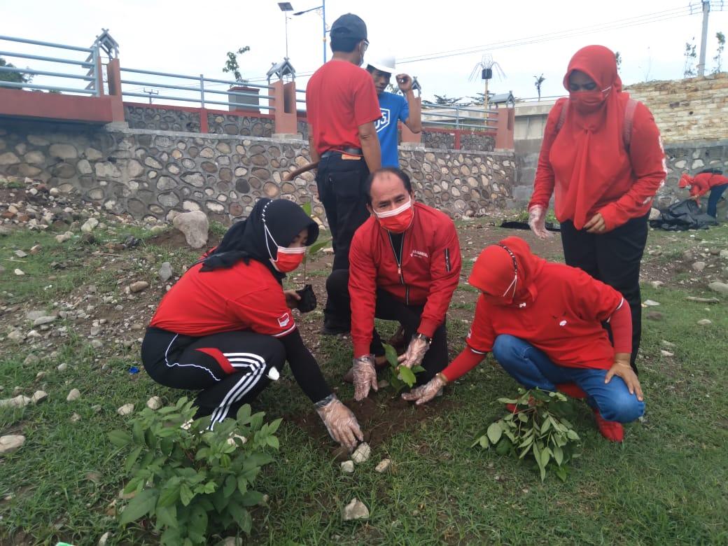 Sambut HUT Ke-48, PDI Perjuangan Sumbawa Lakukan Penanaman Pohon di Bantaran Sungai