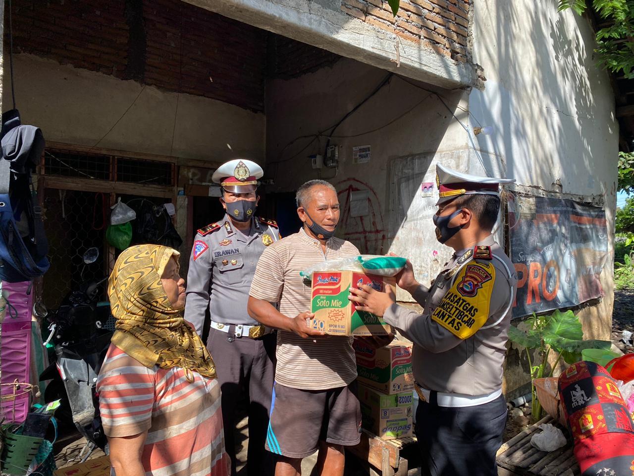 Sat Lantas Polres Sumbawa Bagikan Sembako ke Warga Terdampak Banjir