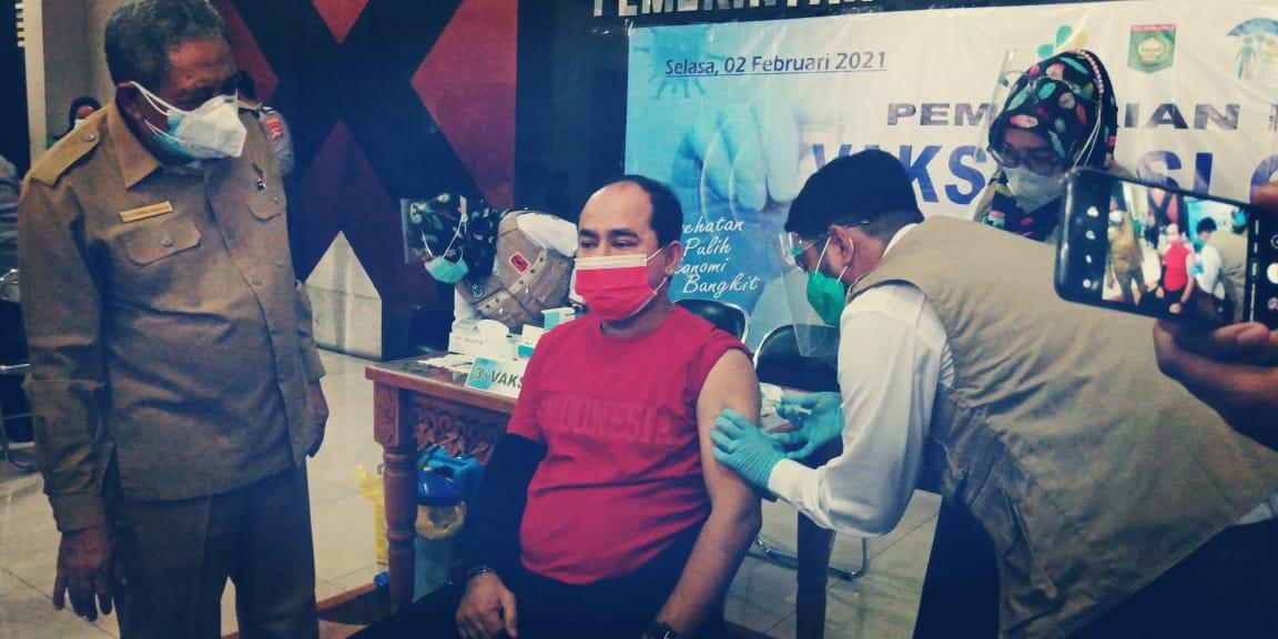 Ketua DPRD Sumbawa Orang Pertama Disuntik Vaksin Covid-19