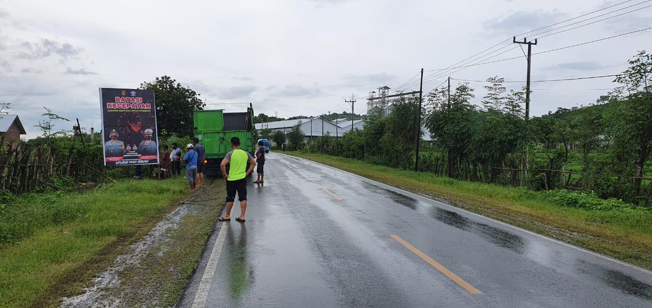 Tekan Kecelakaan Musim Hujan, Satlantas Polres Sumbawa Pasang Imbauan di Titik Rawan