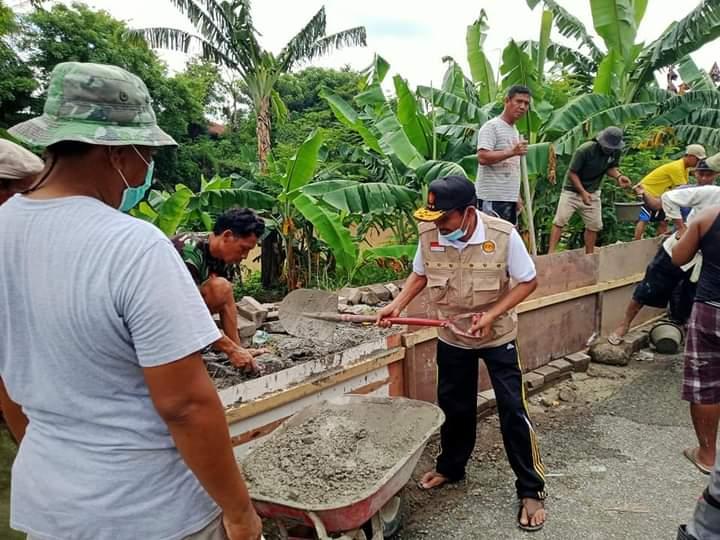 Drs. Mohamad Ansori Waka 1 DPRD Sumbawa Bantu Pembangunan Talud di Kelurahan Lempeh