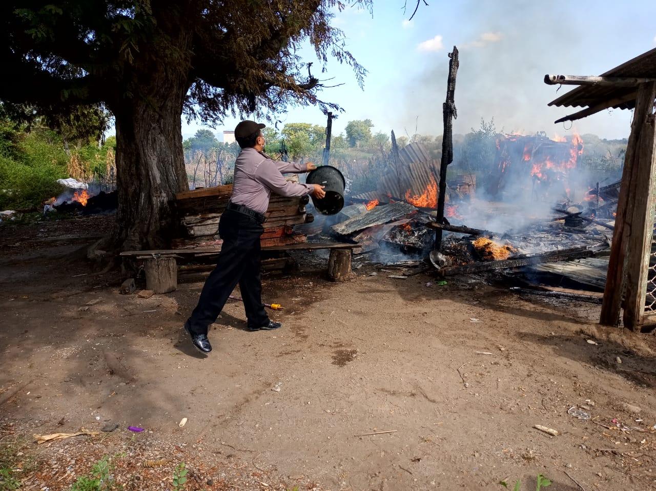 Rumah Gedek di Moyo Terbakar