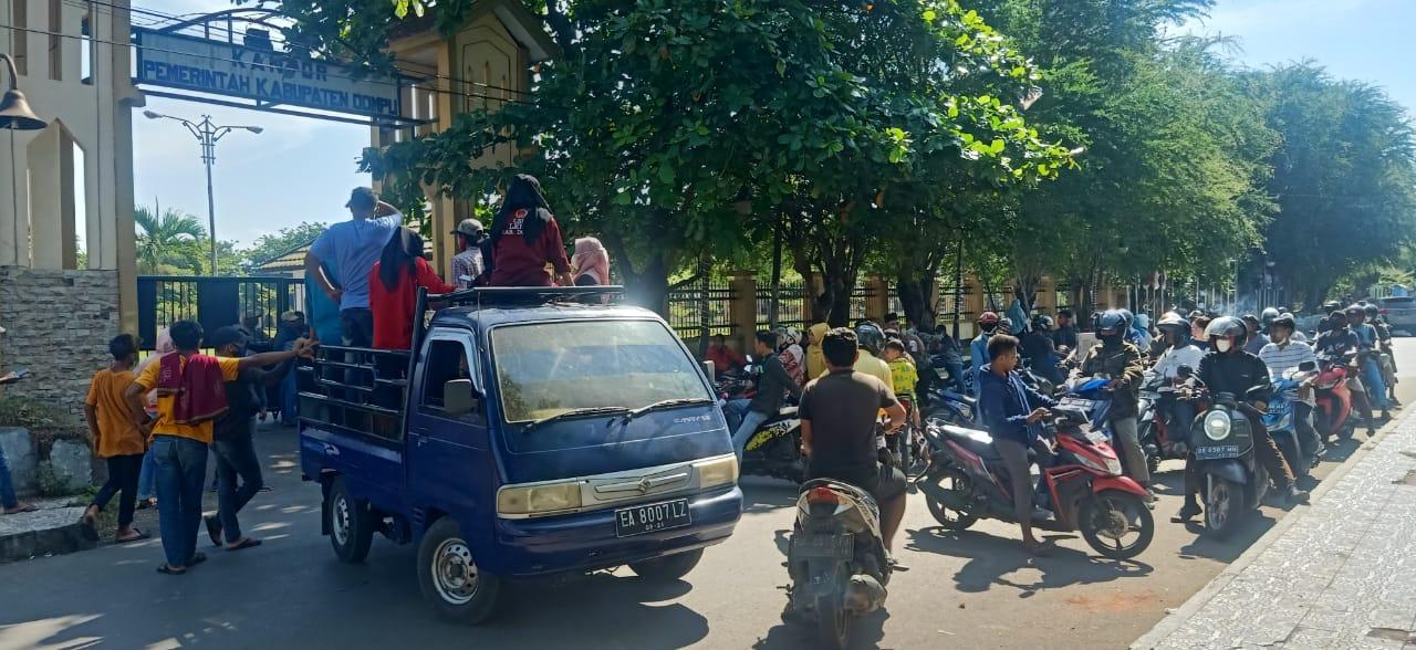 Ancam Bakar Kantor Bupati, Mobil Pendemo Diusir Polisi