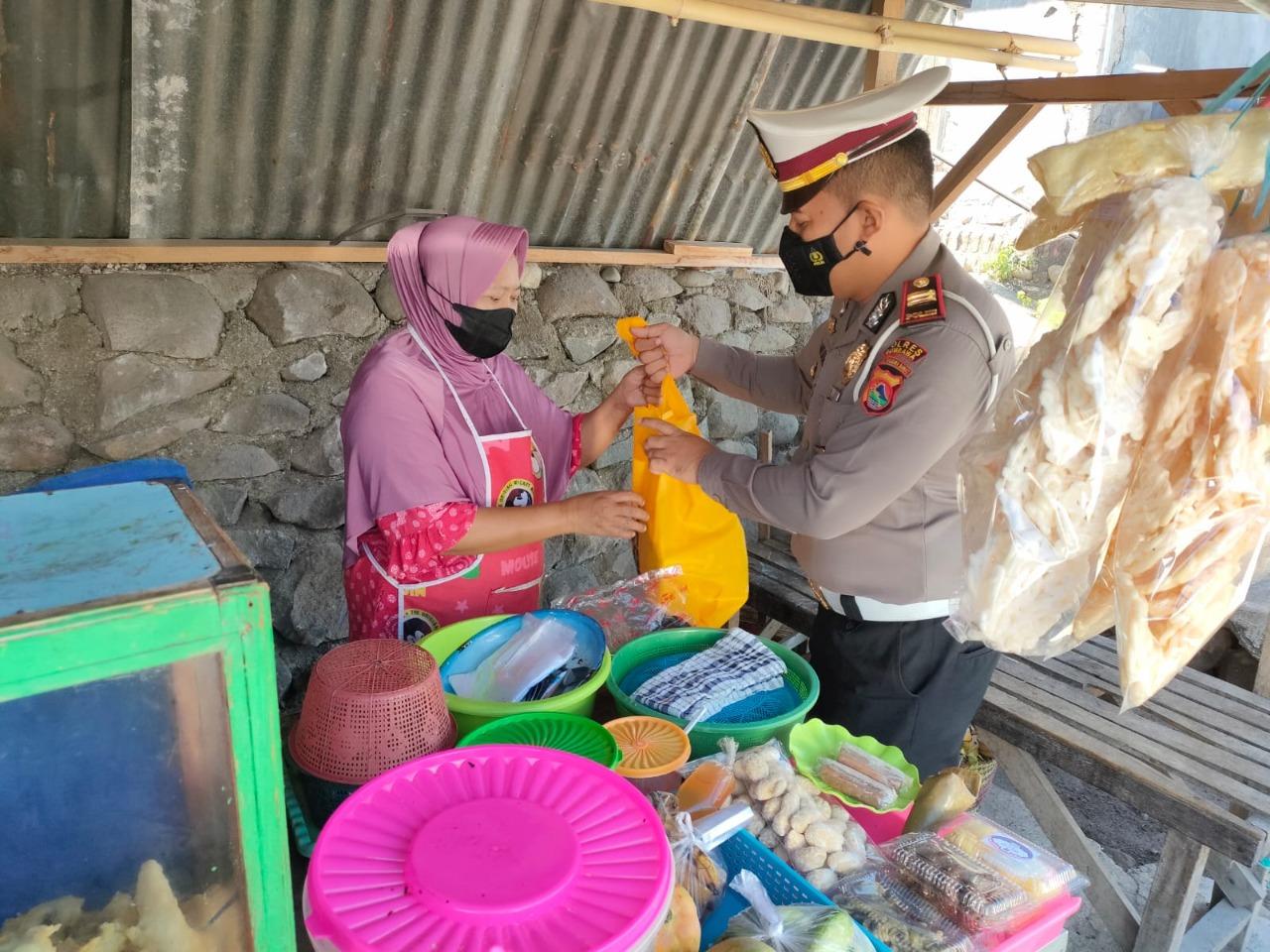 Satlantas Polres Sumbawa Kembali Bagikan Paket Sembako