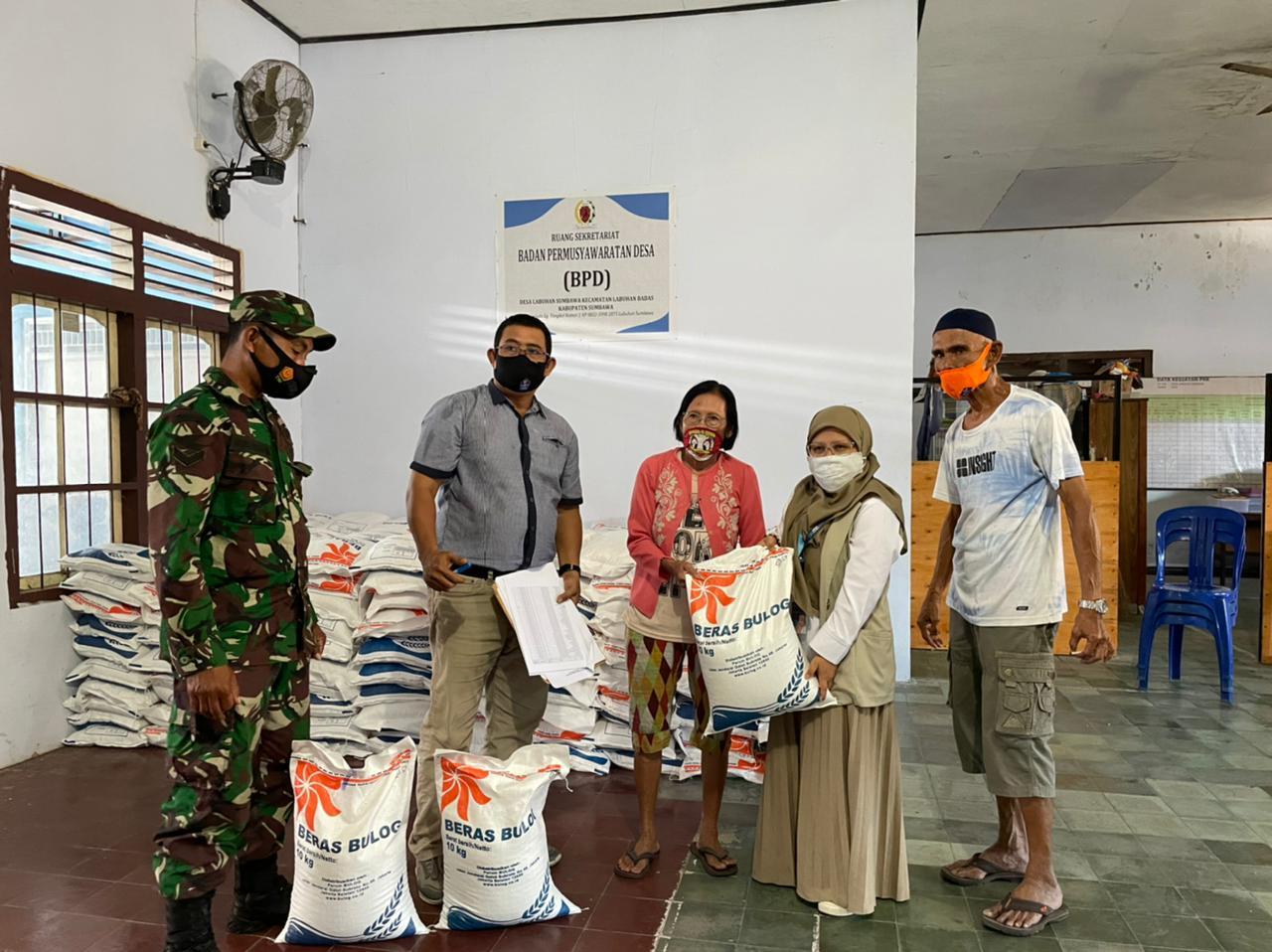 Bulog Sumbawa Salurkan Bantuan Beras PPKM