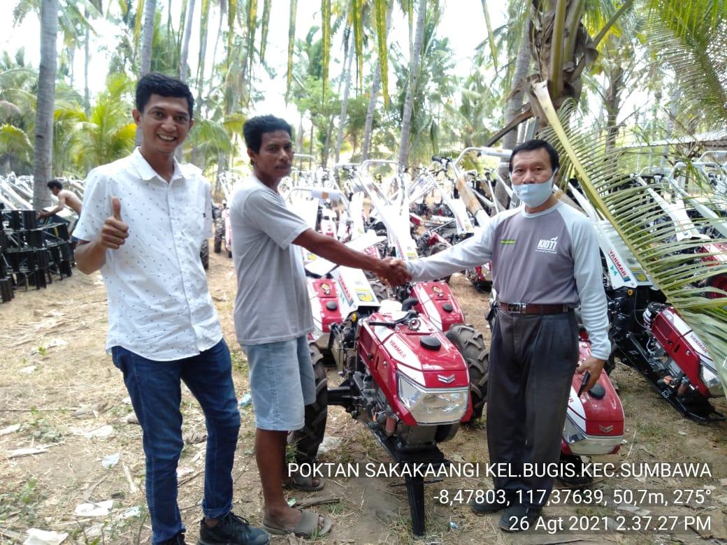 Serahkan Bantuan Hand Traktor, Gahtan Harap Ringankan Beban Petani