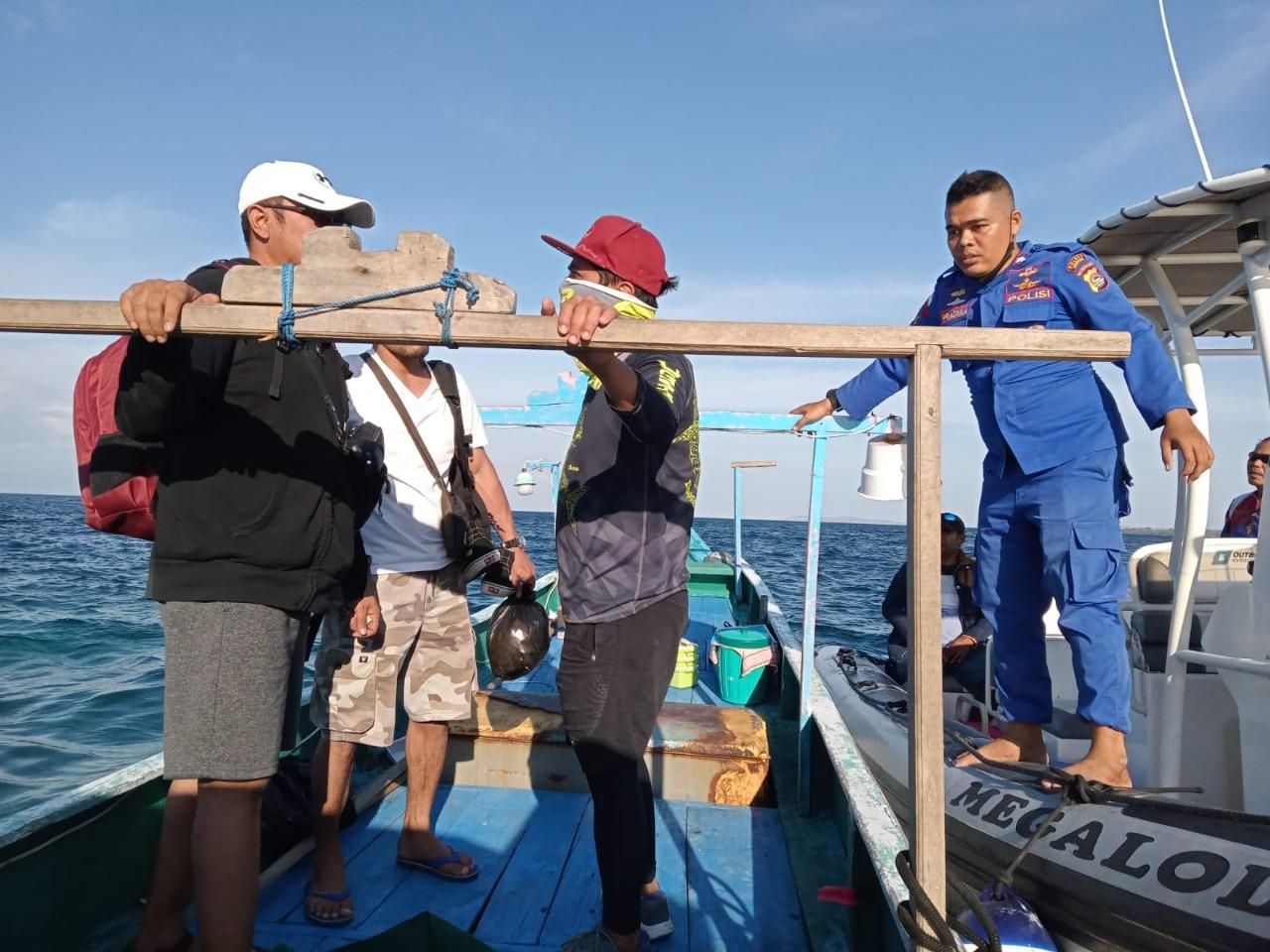 Enam Pemancing Terombang Ambing di Perairan Pulau Moyo